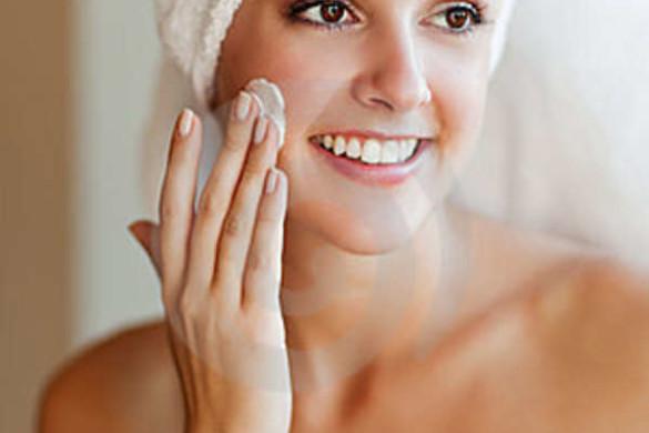 woman-applying-lotion
