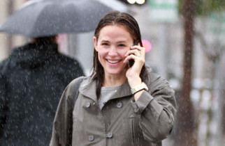 wet+Jennifer+Garner+braves+rain+while+talking+b_CNFWlJzaYl