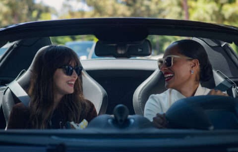 4145_D011_00076_RC  Dakota Johnson stars as Maggie Sherwoode and Tracee Ellis Ross as Grace Davis in THE HIGH NOTE, a Focus Features release.    Credit: Glen Wilson / Focus Features
