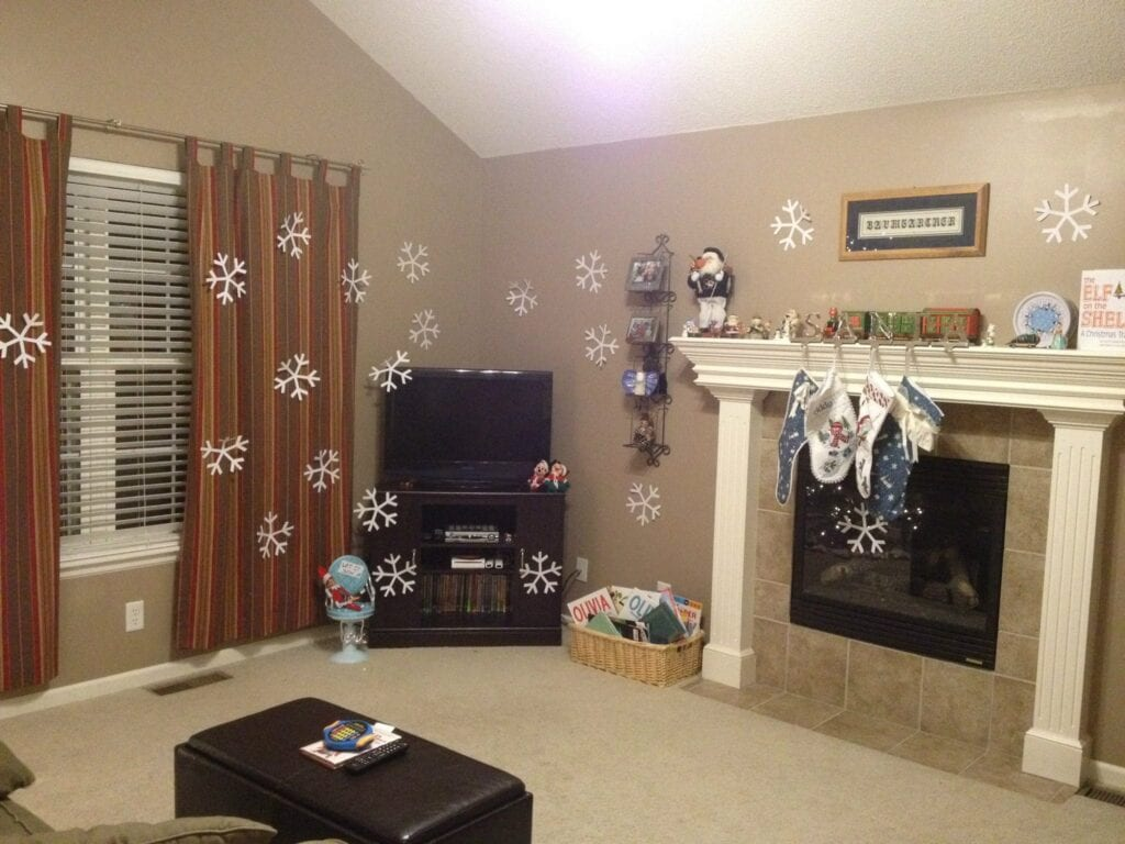 Livingroom decorated with paper snowflakes